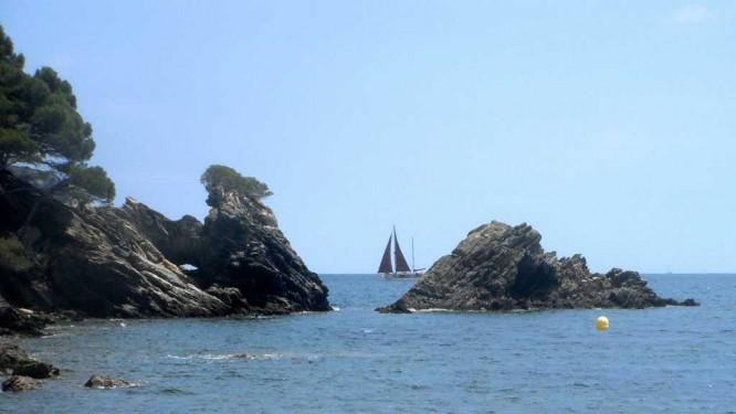 Pause sur une plage ensoleillée au dessus de Cadaqués
