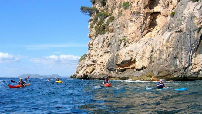 Navigation le long des falaises vertigineuses de Formentor