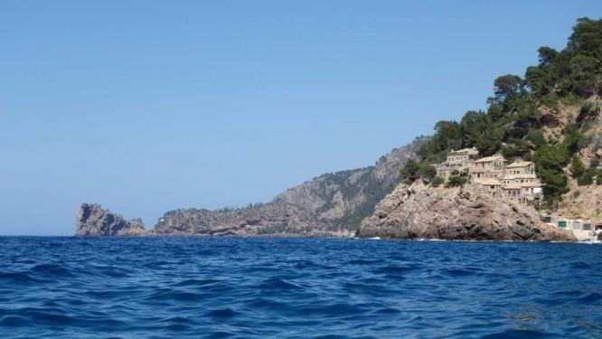 Village de pêcheurs accroché à la côte nord