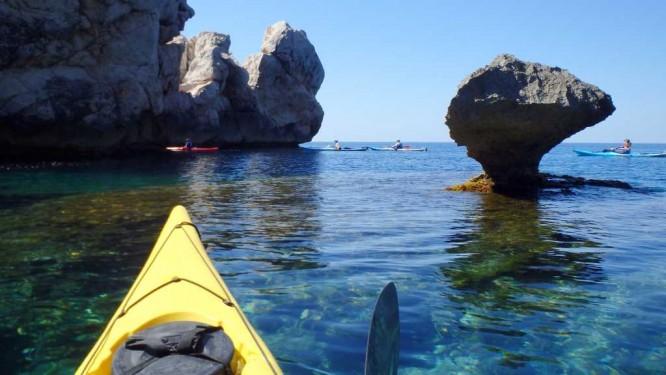 Navigation au milieu des rocs sculptés par la mer et les vents