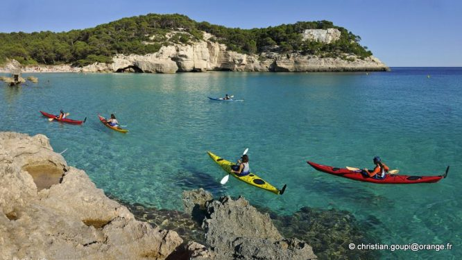kayak dans la crique Mitjana, environs de Cala Galdana, Cote Sud de Minorque, archipel des Baleares, Espagne, Europe //kayak in Mitjana creek near Cala Galdana, South Coast of Menorca, Balearic Islands, Spain, Europe