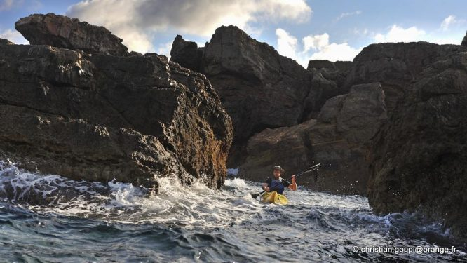 kayakiste, Cap Cavalleria sur la cote Nord de Minorque, archipel des Baleares, Espagne, Europe //kayaker near Cape Cavalleria on the North Coast of Menorca, Balearic Islands, Spain, Europe