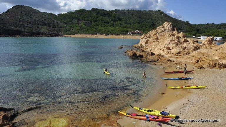 kayaks accostant sur un ilot dans la crique Cala Pregonda pres du Cap Cavalleria sur la cote Nord de Minorque, archipel des Baleares, Espagne, Europe //kayaks landing on an islet in the inlet Cala Pregonda near Cape Cavalleria on the North Coast of Menorca, Balearic Islands, Spain, Europe