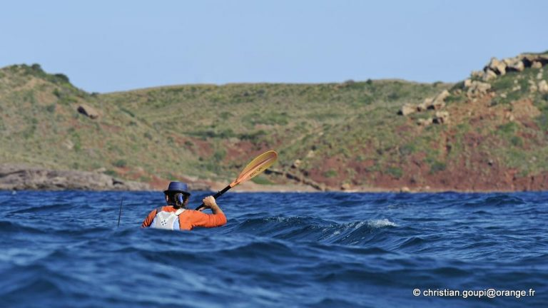 kayakiste en mer pres du Cap Cavalleria sur la cote Nord de Minorque, archipel des Baleares, Espagne, Europe //kayaker offshore near Cape Cavalleria on the North Coast of Menorca, Balearic Islands, Spain, Europe