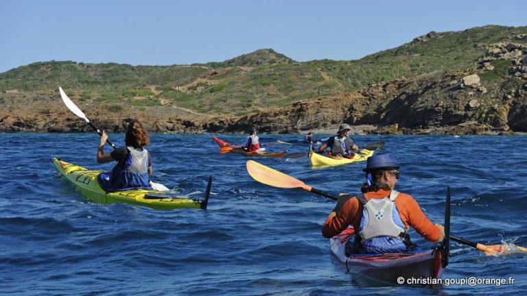 kayakistes en mer pres du Cap Cavalleria sur la cote Nord de Minorque, archipel des Baleares, Espagne, Europe //kayakers offshore near Cape Cavalleria on the North Coast of Menorca, Balearic Islands, Spain, Europe